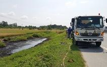 Truy tìm 2 người đổ chất thải độc ra mương khiến người dân bỏng nặng