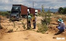 Dân đặt hàng trăm tảng đá chặn xe dự án nhà máy điện mặt trời