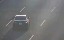 Video xe con chạy lùi khiến xe bồn loạng choạng trên cao tốc