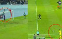 Khán giả và đối thủ ôm đầu sau bàn thắng 'không tưởng' ở Malaysia