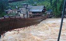 Lũ bất ngờ ở Lào Cai làm lật cầu treo tại xã Bản Hồ