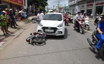 Tông và kéo lê xe cảnh sát cả cây số khi bị kiểm tra ma túy