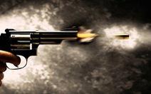 Giằng co súng với bố, một học sinh bị thương nặng
