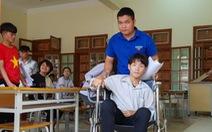 Tỉnh dậy sau 8 ngày viêm não cấp, đi thi trên xe lăn tay gắn ống truyền