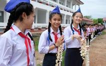 Chiến sĩ tình nguyện trao học bổng cho học sinh Lào