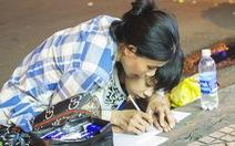 Bức ảnh mẹ cầm tay con viết ở vỉa hè chợ Bến Thành lay động ngàn trái tim