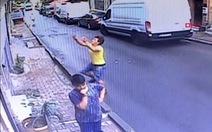 Chuyện kỳ diệu: Thiếu niên 17 tuổi đi bộ đỡ được bé gái 2 tuổi rơi từ tầng 2