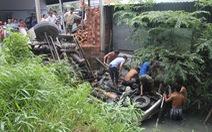 Đưa lên 4 người chìm trong xe rơi từ cầu Hàm Luông, một người đã chết