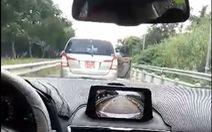 Xe biển đỏ lùi trên đường dẫn cao tốc là của Công ty Ba Son