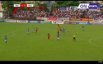 Video pha vào bóng hai chân của cầu thủ Quảng Ninh với Tuấn Anh