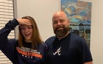 Ông bố mặc quần siêu ngắn 'đọ dáng' với con gái
