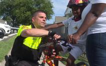 Tặng xe đạp, viên cảnh sát 'thắp sáng cả mùa hè'