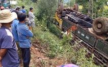 Xe chở gỗ bị lật trên núi, tài xế tử vong