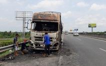 Xe tải cháy rụi trên cao tốc TP.HCM - Trung Lương
