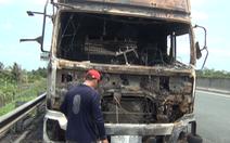 Video xe tải đang chạy trên cao tốc bỗng bốc cháy dữ dội
