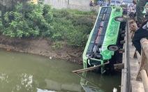 Vụ xe khách lao xuống sông, tài xế khai buồn ngủ, xe mất lái