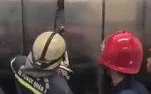 Phá cửa thang máy giải cứu 21 người mắc kẹt