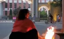Phụ huynh Trung Quốc... đốt đồ cúng ngoài trường thi cho con may mắn