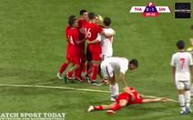 Video 2 cầu thủ U23 Thái thay nhau 'liên hoàn cước' vô cầu thủ U23 Singapore