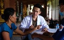 Thầy thuốc trẻ khám bệnh ở Lào: suýt 'vỡ trận' vì quá đông