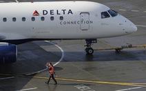 Điếng hồn khi thấy động cơ máy bay phát ra lửa đỏ trên không