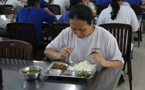 Nếu phát hiện bữa ăn ôi thiu, công nhân phản ánh ngay cho thành phố