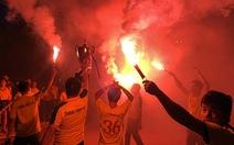 CĐV Thanh Hóa đốt pháo sáng ăn mừng vô địch U17 quốc gia 2019