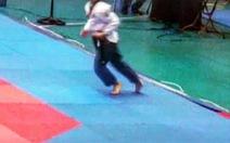 VĐV ra khỏi thảm, té khi đi quyền taekwondo vẫn huy chương vàng