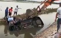 Ôtô lao xuống mương lật ngửa, 4 phụ nữ, trẻ em may mắn thoát nạn