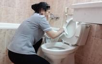 Góc khuất vệ sinh khách sạn: Dùng khăn tắm lau bồn cầu