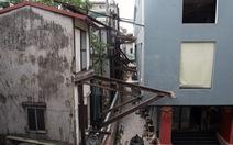 Hàng chục ngôi nhà 'chống nạng' sắt vào chung cư ở Hà Nội
