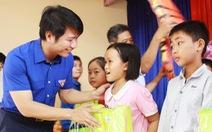 Tặng huy hiệu Tuổi trẻ dũng cảm cho học sinh cứu em nhỏ đuối nước