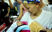 Hai mẹ con chị Liên và bé Bình An cùng ra viện về nhà
