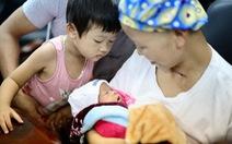 Video: Hai mẹ con chị Liên và bé Bình An đã xuất viện về nhà