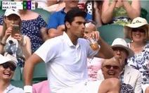 Khoảnh khắc siêu hài, Philippoussis 'cướp' ly trà đào của khán giả ở Wimbledon 2019