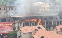 Cháy quán gà ở Thiên đường Bảo Sơn, khói bốc đen kịt