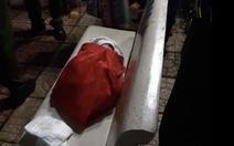 Bé gái vừa sinh bị bỏ rơi ở ghế đá công viên