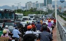 Sửa cầu Xóm Bóng, xe cộ dồn về cầu Trần Phú gây kẹt xe tại Nha Trang