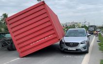 Kinh hoàng thùng container rơi đè ôtô trên đường dẫn cao tốc