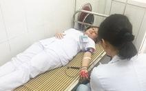 Tặng giấy khen ba điều dưỡng hiến máu cứu sản phụ
