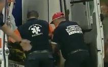 HLV đau tim, nhập viện khẩn cấp trong trận đấu, tỉnh dậy hỏi 'tỉ số bao nhiêu?'