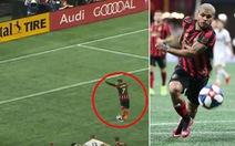 Video cầu thủ chạy đà 'nhí nhảnh' rồi đá...hỏng phạt đền