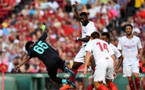 Cầu thủ CLB Sevilla bỏ bóng đá người trong trận thắng Liverpool