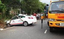 Taxi tông mạnh khiến xe máy vỡ nát, hai cô cháu văng ra đường tử vong