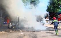 Xe khách 16 chỗ bốc cháy trơ khung khi đậu ở trạm dừng chân