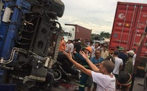 Video: Xe tải đâm vào hiện trường vụ tai nạn trên quốc lộ, 7 người chết