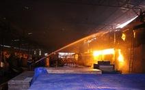 Lửa bùng phát trong đêm, xưởng chứa mùn cưa rộng hơn 1.000m2 cháy rụi