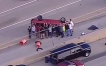 Xe lật úp giữa đường, hàng chục người xúm vào nâng xe, cứu tài xế
