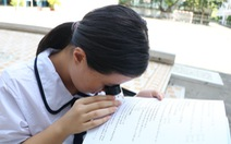 Hiệu trưởng ĐH Sư phạm TP.HCM tặng học bổng cho nữ sinh khiếm thị Vân Như