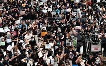 Người biểu tình Hong Kong ra sân bay tuyên truyền cho du khách